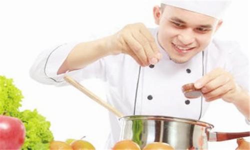 做菜时用好盐让菜肴更鲜美可口图片